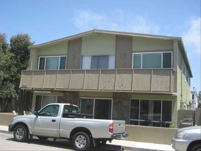 Spacious upper unit located just one house from the sand! - Newport Beach - Apartment