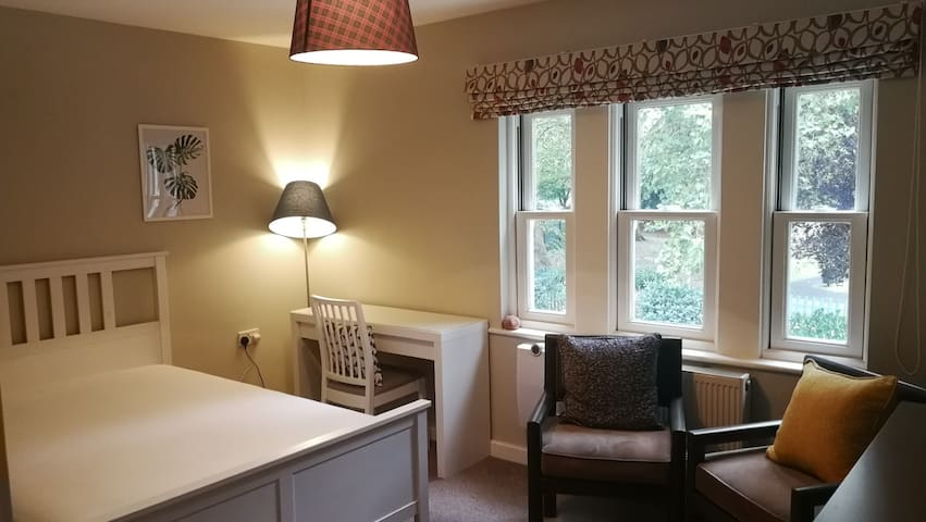Large Double room with fast travel links