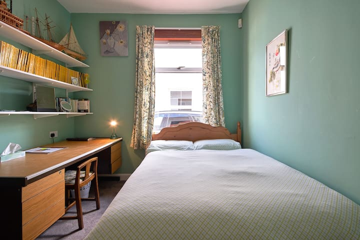 Queen sized  bed, desk, stool , lamp and good WiFi