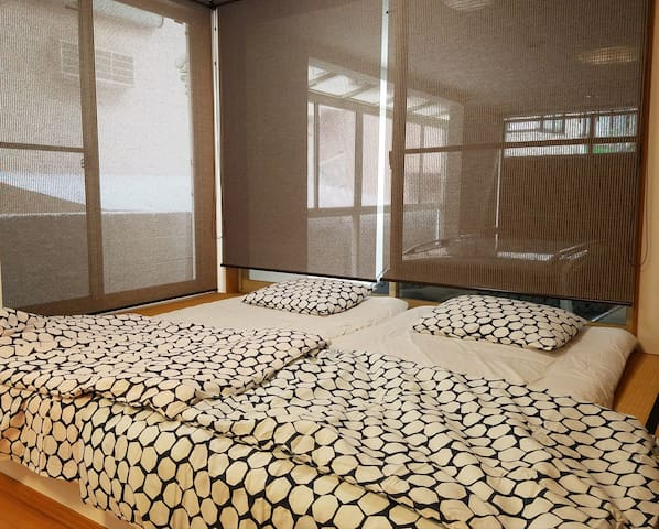 For more than 4 people, I will coat a Japanese futon in a Japanese style room.