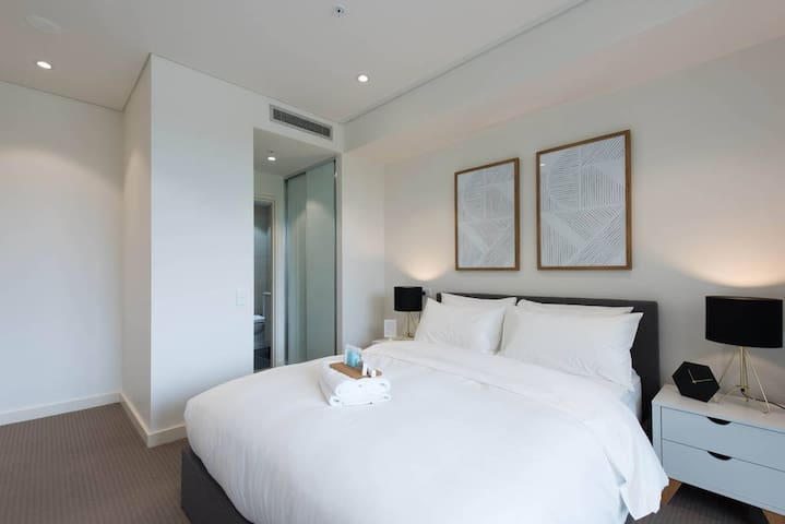 MASTER BEDROOM, Private Bathroom - Homebush - Apartemen