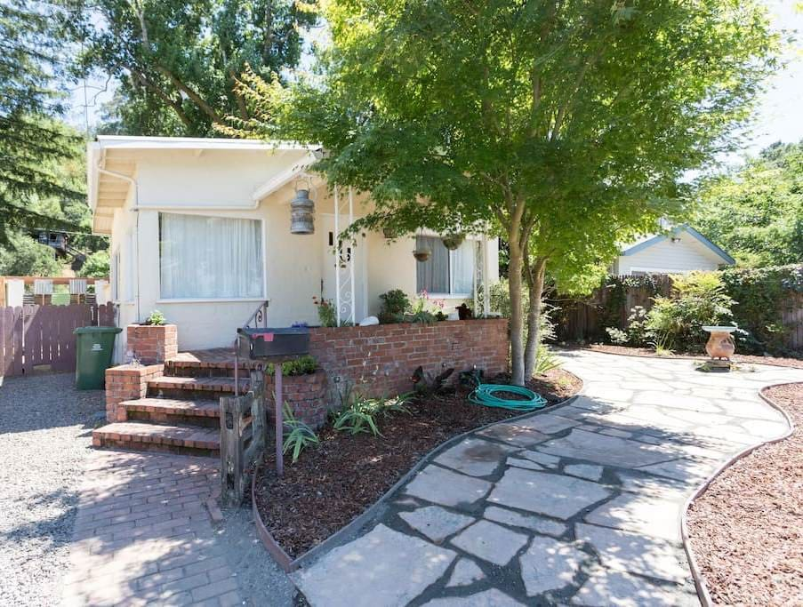 Vintage Fairfax home with big deck and views,  easy 10 min  walk to downtown Fairfax