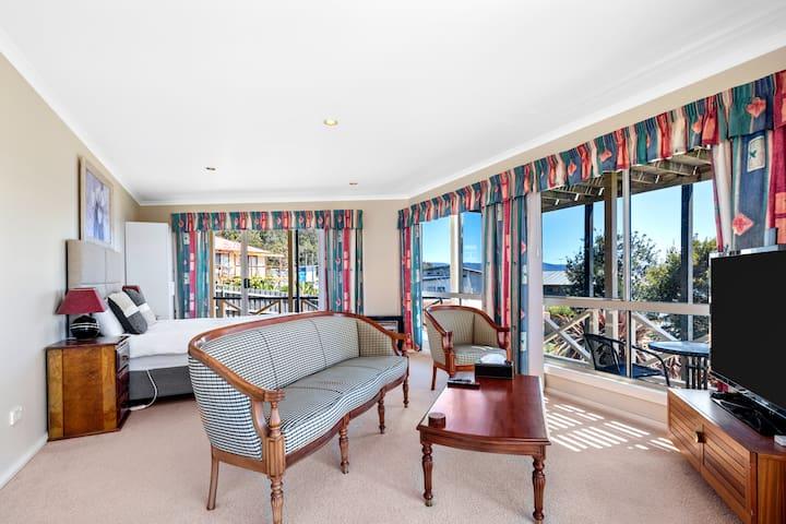 Queen bed & lounge