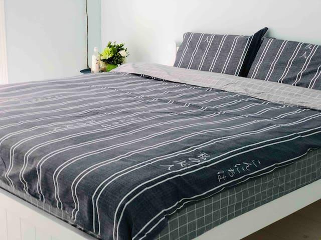 客人大大:我是一张1.8m的床,房东小姐姐准备的是乳胶枕和乳胶床垫,希望您可以睡一个美美的觉~(o^^o)