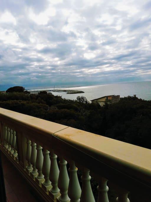 Il balcone e la vista su Cala de' Medici