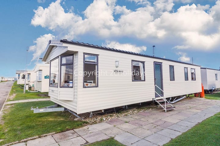 Dog friendly caravan for hire in Norfolk by a beautiful beach! ref 50030J