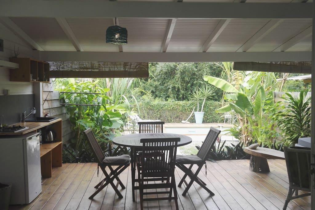 vue sur le jardin privatif et sur la piscine