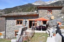 Situé à quelques centaines de mètres du parc national de la Vanoise et à moins de 9 kilomètres de la station d'Orelle Val Thorens
