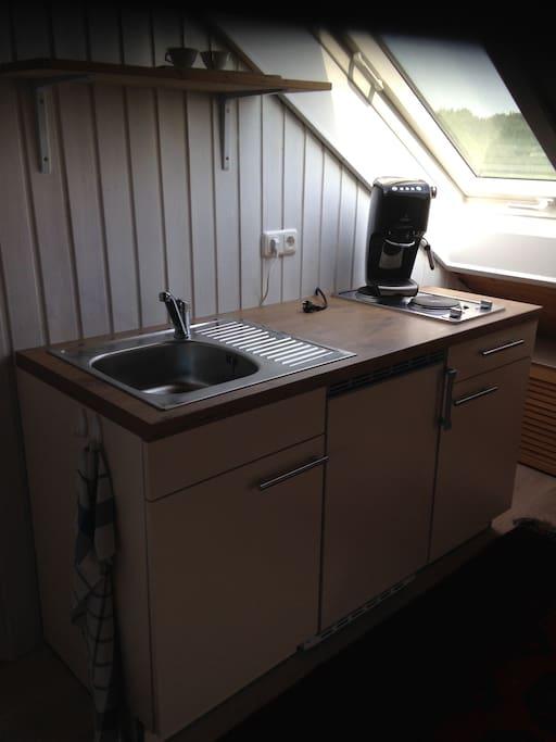 kleine Küche mit Kühlschrank