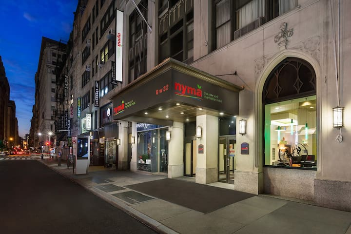 2 Mins Walking Distance to Empire State Building!