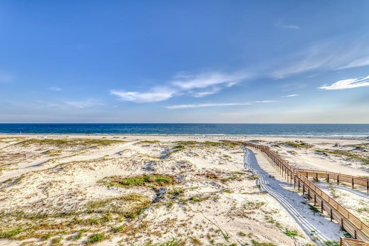 Waterfront retreat w/Gulf views, pool access, hot tubs, and more!