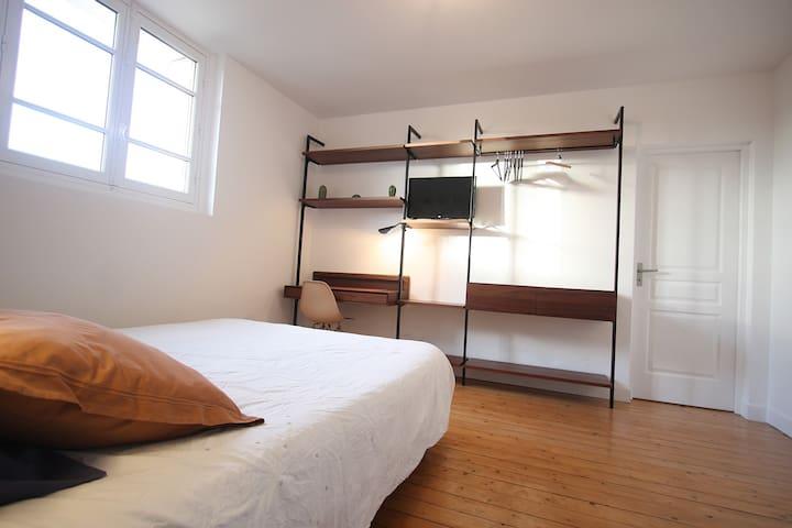 Votre chambre avec bureau, penderie, tiroir et tv