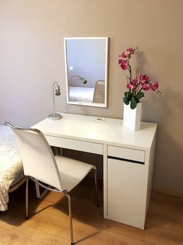 Espace bureau / coiffeuse dans la seconde chambre