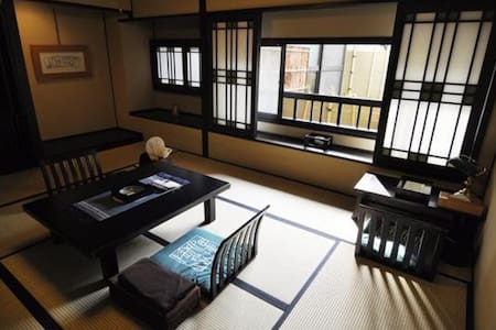 A Relaxing Stay at a Historical Hot Spring Ryokan Hotel in Arima(a tatami room, up to 2 people)歴史的木造建築の旅館,庭が見える和室【2名定員】