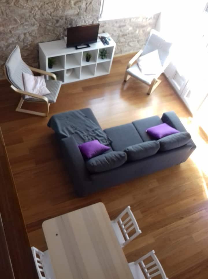 Duplex reformado, luminoso y céntrico.