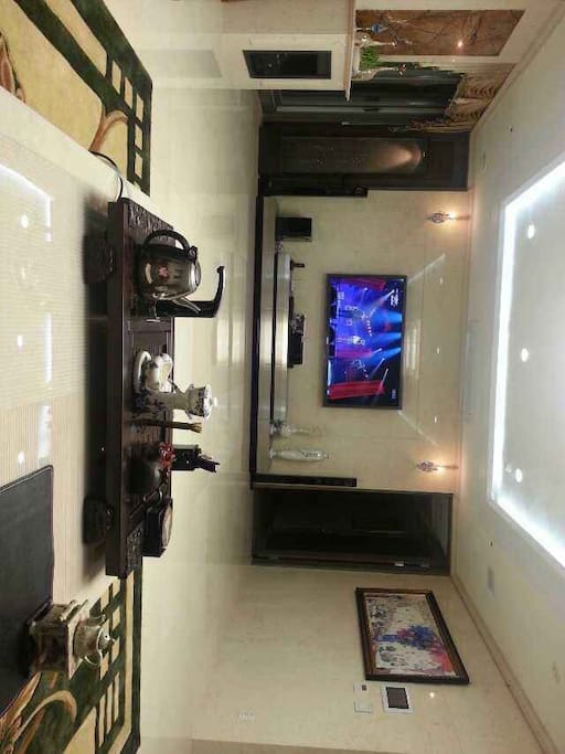 这是50多平方米的大客厅,85英寸大屏幕电视,最具现代化设施的家庭影院式音响。