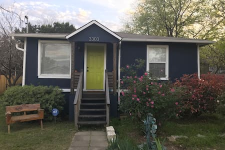 Blue House with a Green Door! - Austin - House
