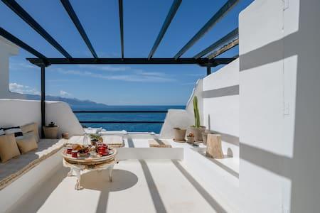 Cosy design apartment overlooking the ocean