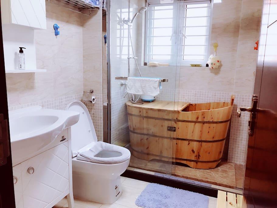 独立卫浴,还有木桶可以泡澡哦~