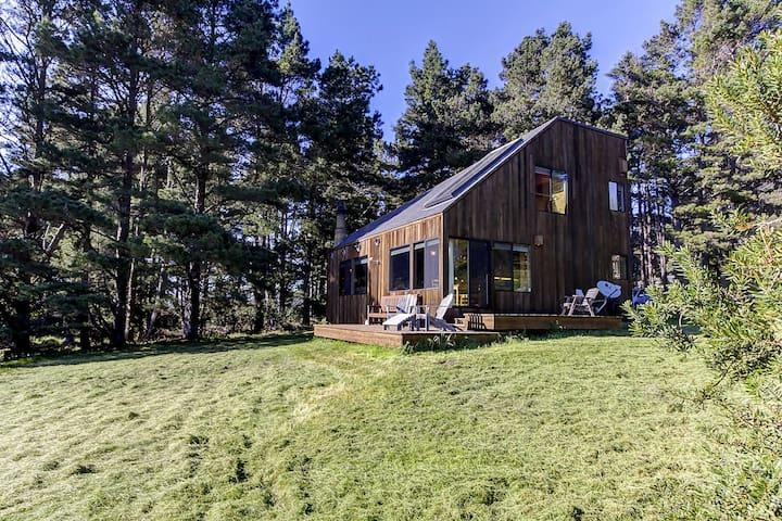Classic Sea Ranch design w/ shared pool near Bluff Trail & Black Point - dogs OK