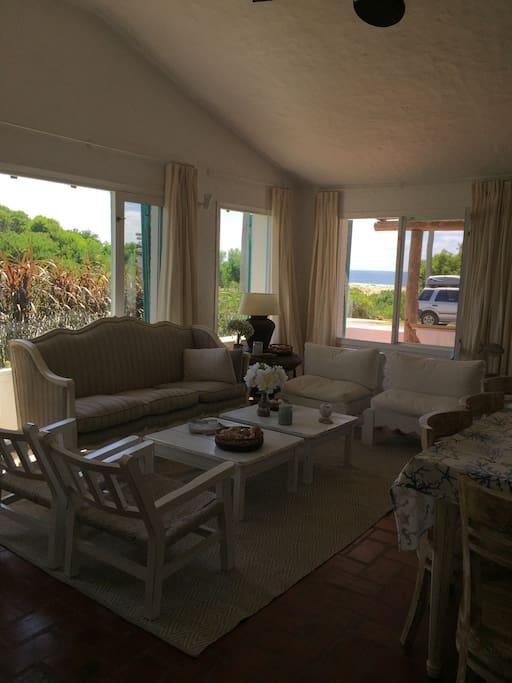 Vista al mar desde el living y dormitorio principal