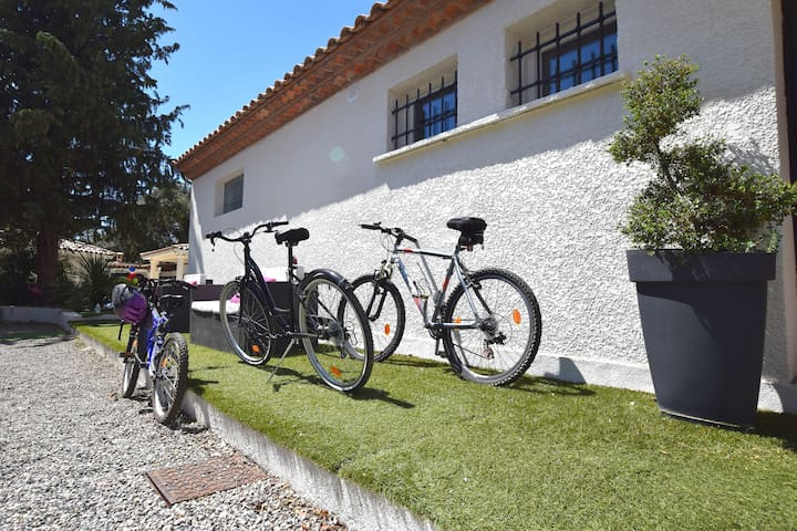 Quelques vélos pour des petites randonnées, 7 au total pour tous les âges, selon disponibilités.