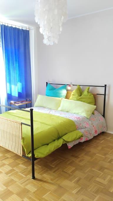 Bett 1,60x2,00 Meter, durchgehende Viscoschaum Matratze. Bettdecken 1,55x2,20 Meter.