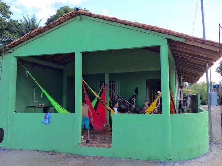Em algodoal, Casa verde em frente ao campo