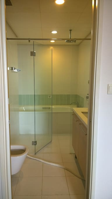 attached bathrm/ standing and long bath