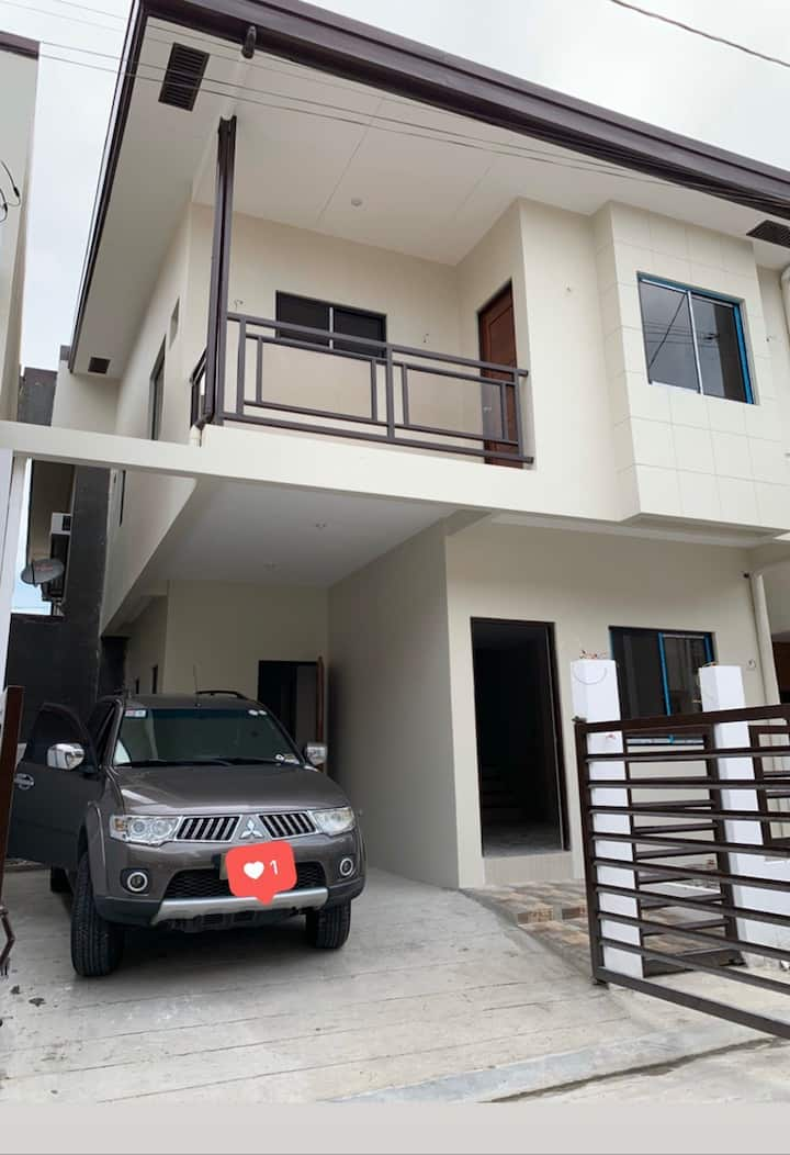 Brand new house in Paranaque for rent (long term)