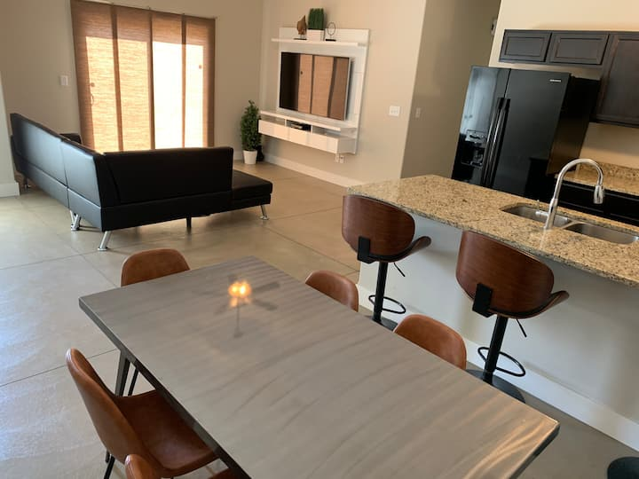 *Best Value* Modern 3 Bedroom / 2 Bath by Spirit