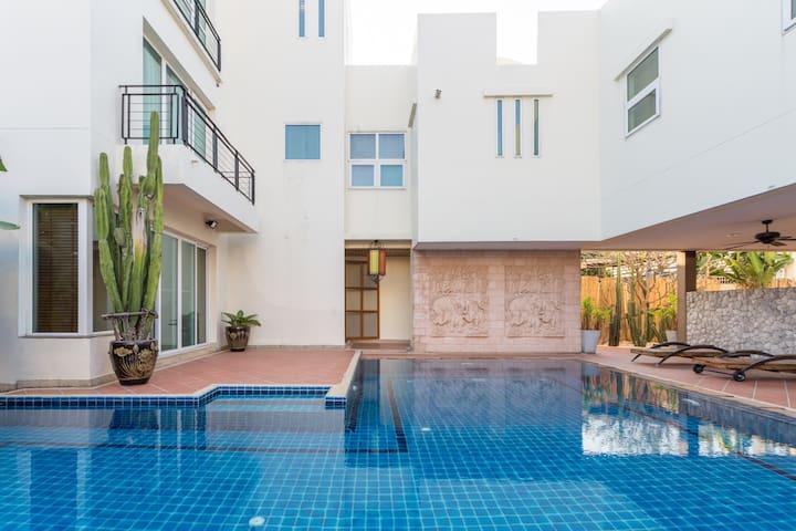 欧式建筑独栋私人泳池市中心可住10人