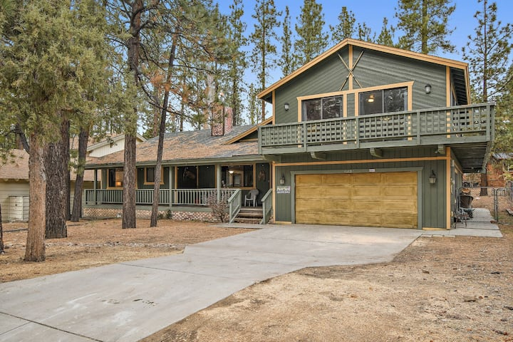 Stay and Play Chalet: Close to Snow Summit and Lake! Pool Table! Outdoor Hot Tub!
