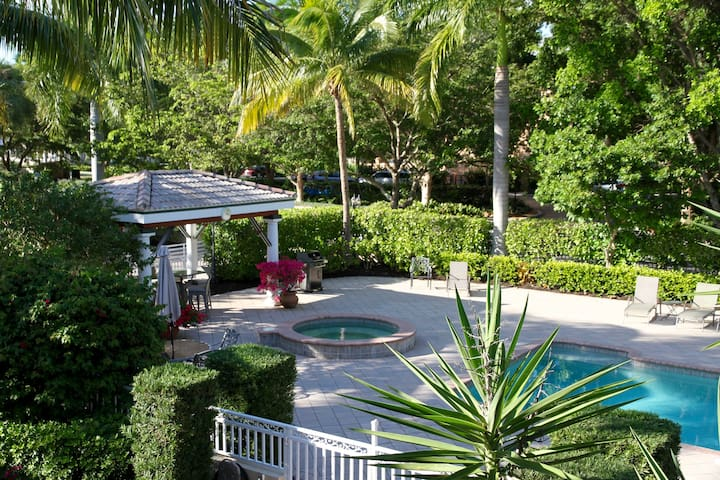 Ultimate Tropical Getaway in Olde Naples - Napels - Condo