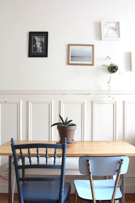 Table à manger et ses chaises chinées dans le salon