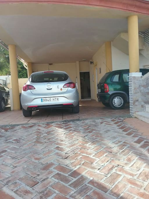 Entrada al alojamiento. No se puede aparcar dentro del alojamiento, hay que aparcar en la calle, donde es muy posible disponer de aparcamiento.
