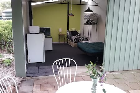 5 mins from city. Brand new guest house, sleeps 3 - Gæstehus