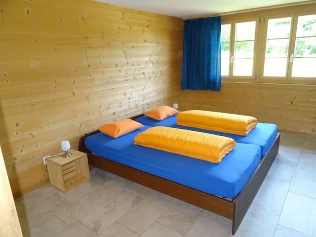 Doppelbett mit Nachttischlämpli