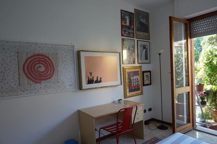 Alle pareti attendono quadri e fotografie della collezione personale della padrona di casa: autori locali, poster di lontane mostre, immagini e ricordi