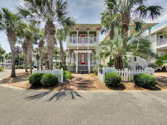 Gorgeous Cottage in Santa Rosa Beach, Short walk to the beach, Pool and Hot tub on-site