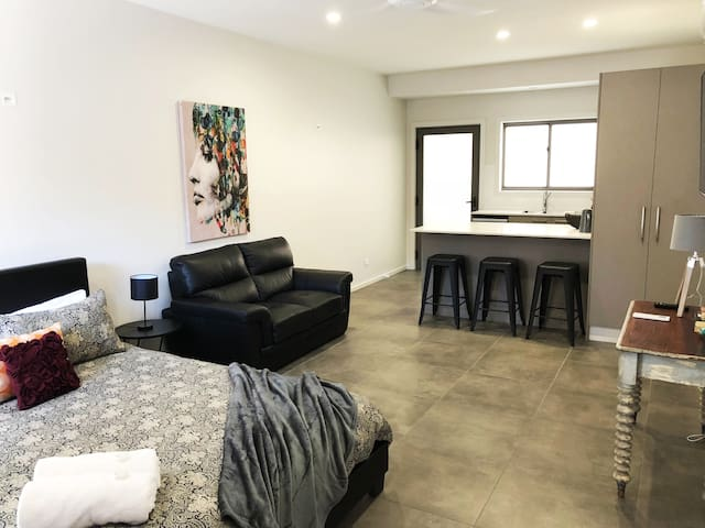 Modern Studio near Beaumont Street Cafes & Shops