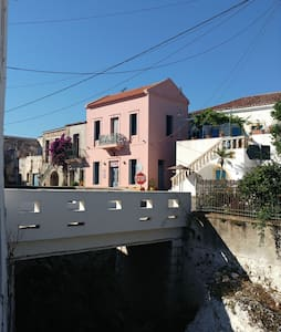 The Pink house! W/, 2lovely  ensuite rooms & loft.
