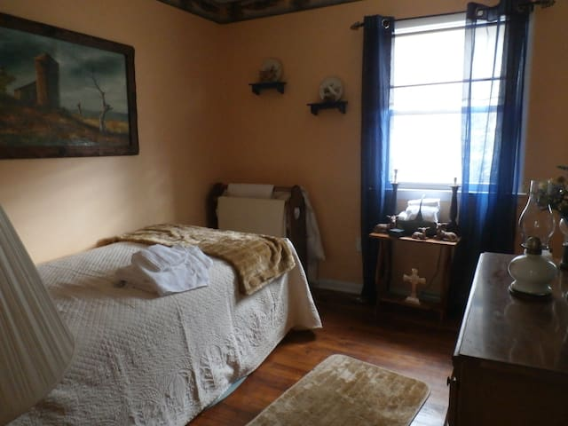 Nice guest Room to crash in - Chestertown - Casa