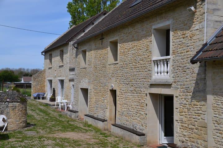 GITE JONQUILLE  ANCIENNE LONGERE AU CALME - Graye-sur-Mer - Wohnung