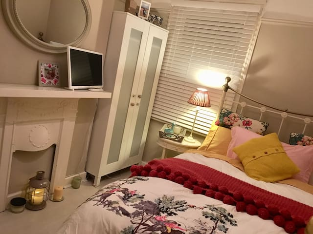 Cosy , small double room. Great location