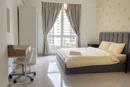 Comfy 3 Bedrooms with Awesome Swimming Pool & Gym - Bayan Lepas