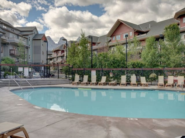 South Facing-Hot Tubs-Pool-Free Park Pass