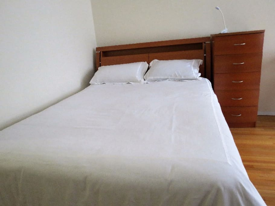 Queen Size Bed with High Quality Linen