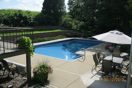Spacious home in lovely setting - lower level - Fitchburg - House