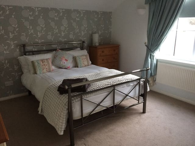 Comfortable, quiet double room with en suite shower room